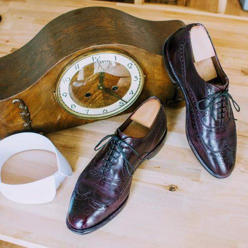 Kaminuhr im Jugendstil mit abnehmbaren Kragen und weinrotem Paar Schuhe (Full Brogue Oxfords).
