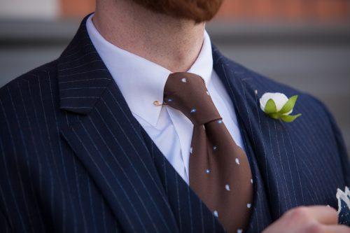 Kent-Kragen mit Kragennadel und Paisley-Krawatte.