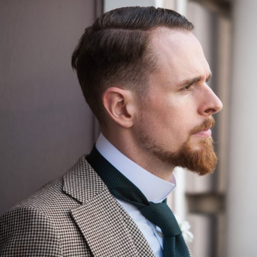Nahaufnahme Vatermörder und Hahnentritt-Anzug mit dunkelgrüner Krawatte aus Seidengrenadine.
