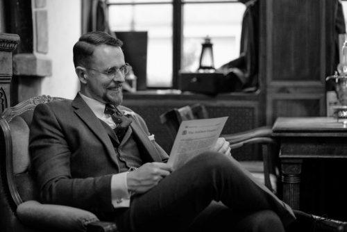 Zeitung lesen - wie ein Gentleman - in einem Dreiteiler aus Tweed.
