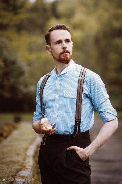 Beispiel für eine Kombination aus Grandadshirt und knöpfbaren Hosenträgern.