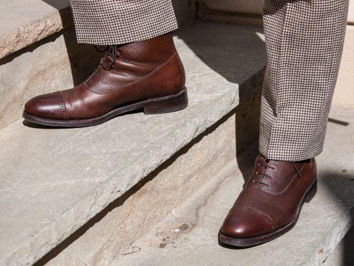 Dunkelbraune Balmoral-Stiefel auf Treppe.