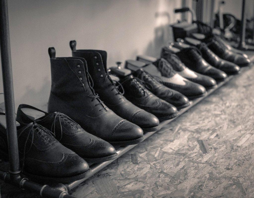 Sechs Paare Rahmengenähter Schuhe.