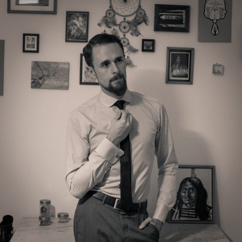 Hellblaues Hemd mit Clubkragen und Umschlagmanschette. Dazu eine schmale Krawatte.