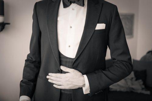 Schwarz-Weiß-Aufnahme eines Smokings mit Tartan-Weste.