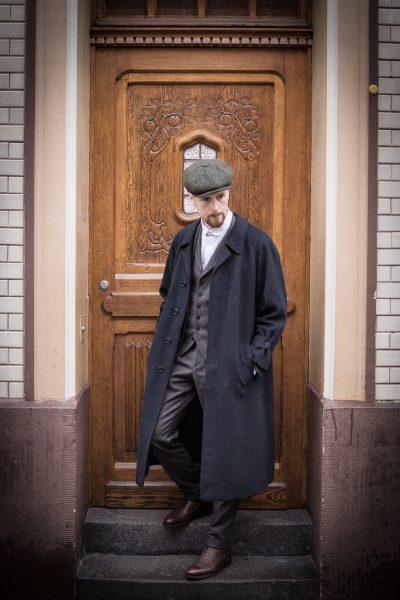 Dunkelbrauner Dreiteiler aus Wollflanell, Ballonmütze, langer Mantel und abnehmbarer Kragen
