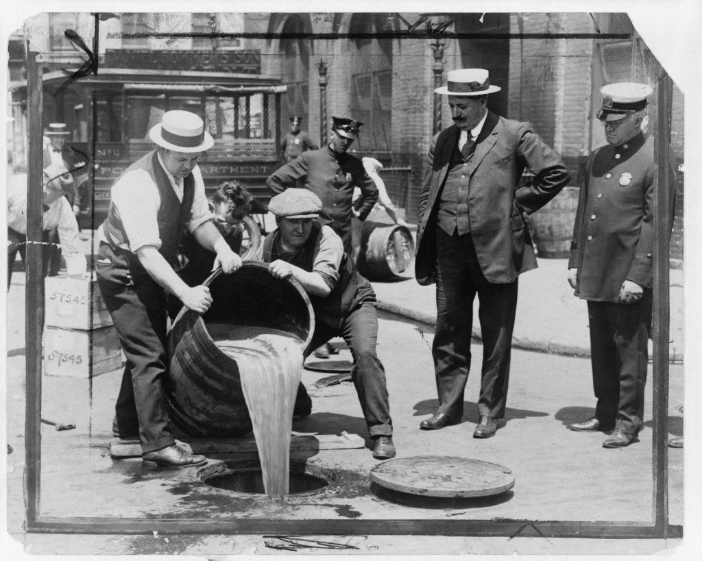 Prohibitionsagenten vernichten Alkohol nach einer Razzia