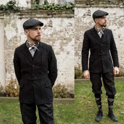 Schwarze Norfolk-Jacke mit dunkelgrauen Knickerbockern aus Flanell und Schwarz-Grau-Roten Argyle-Socken