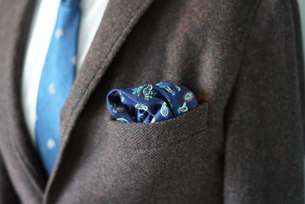 Wie stets gilt, dass das Einstecktuch das Muster der Krawatte zwar wiederholen kann, jedoch nicht dasselbe Muster darstellen soll.