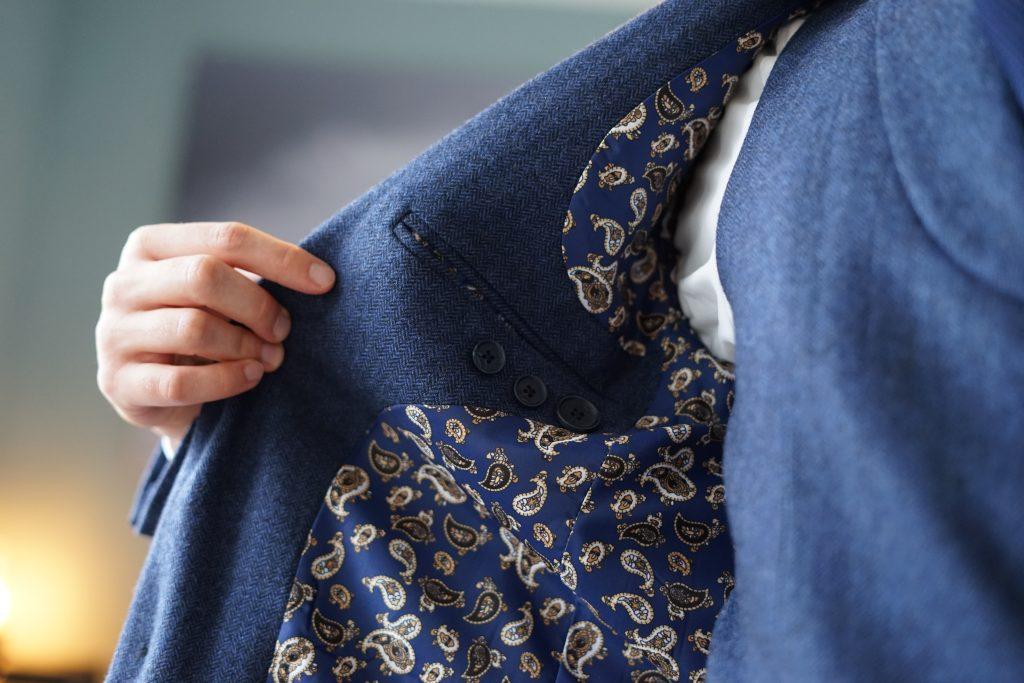 Verspielter Paisley vor blauem Fischgrat. Gerade für den Hochzeitsanzug ein nettes Detail.