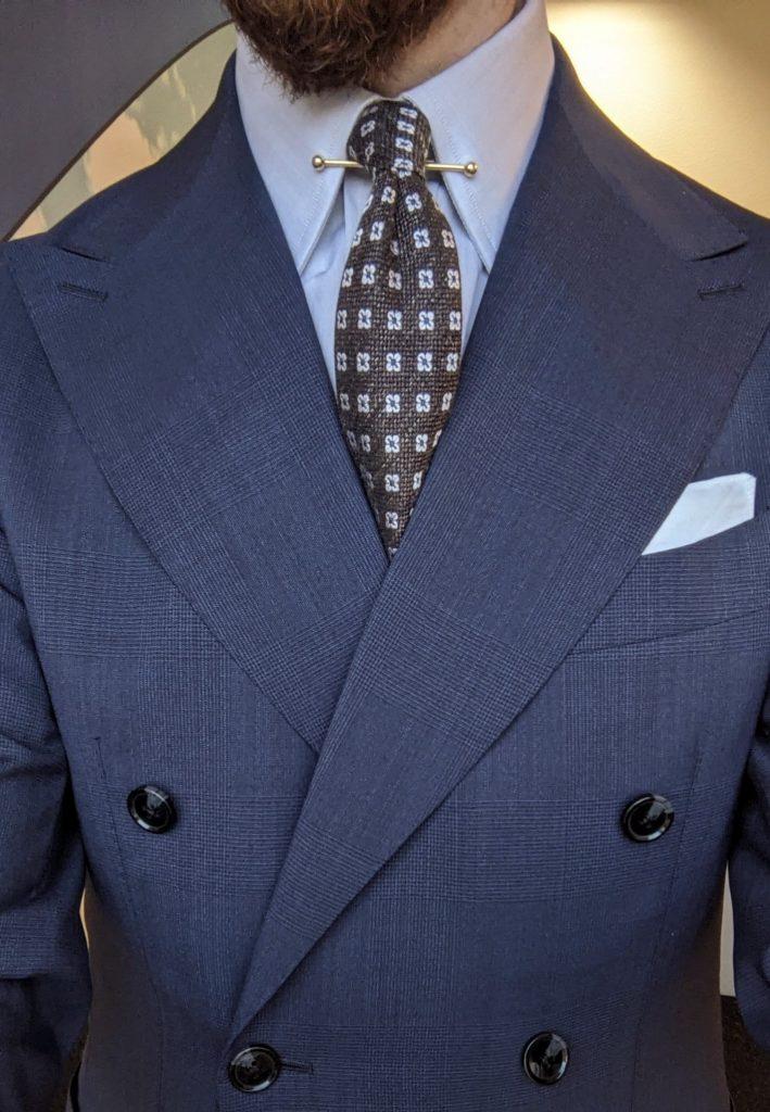 Kleiner Krawattenknoten, große Kragenschenkel und breites Revers eines Zweireihers