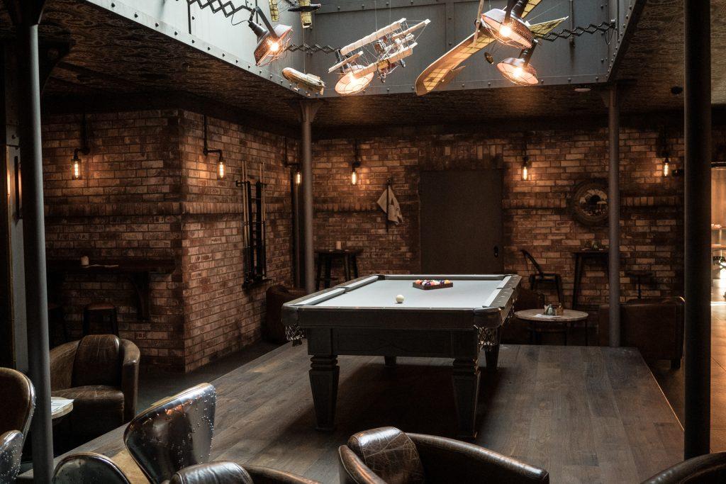 Billardtisch in Steampunk-Bar