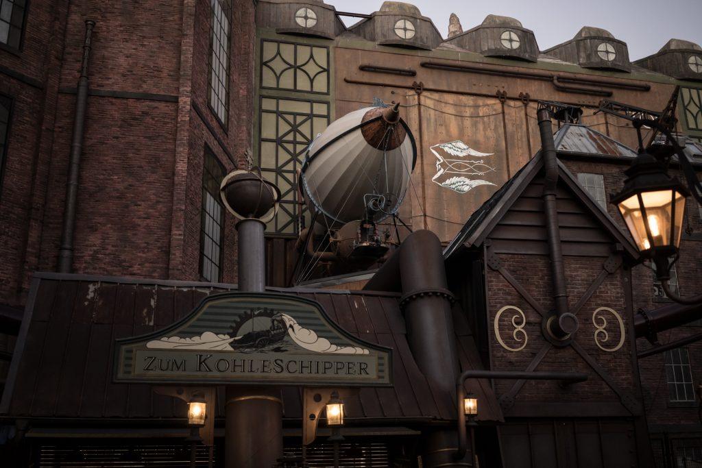 Steampunk-Fabrikanlage mit Zeppelin